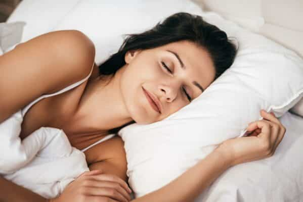 femme-qui-dort-dans-un-lit